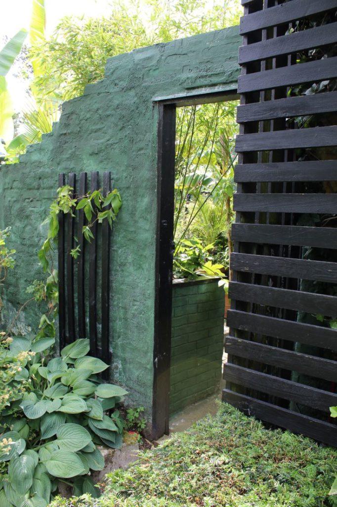 Flott mur i hagen og god kombinasjon med tre og planter